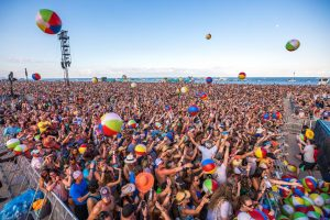 crowd Beachballs33791818311_91bd2b186d_k_preview